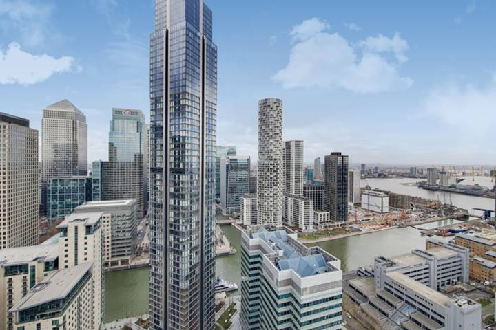 <b>First En Suite Bathroom</b><span class='dims'> 9'10 x 8'10 (3.00 x 2.69m)</span>