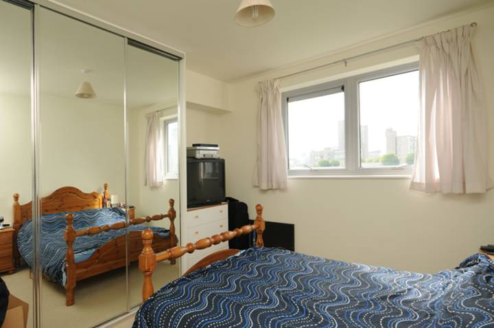 <b>Master Bedroom</b><span class='dims'> 13&#39;8 x 10&#39;9 (4.17 x 3.28m)</span>
