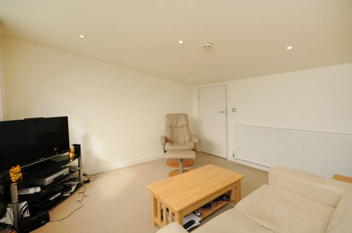 <b>Reception Room/Bedroom</b><span class='dims'> 13&#39;9 x 12&#39;3 (4.19 x 3.73m)</span>