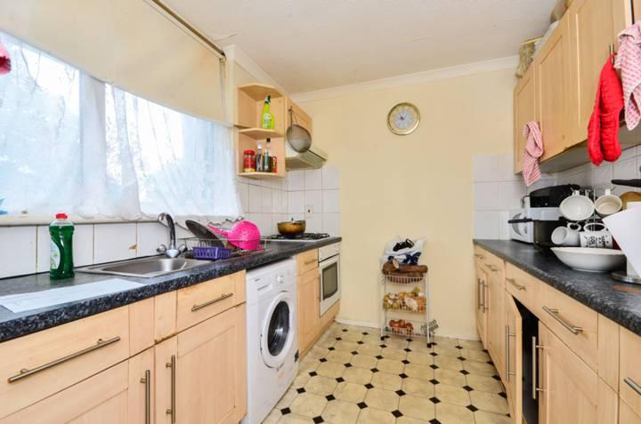 <b>Kitchen</b><span class='dims'> 11' x 7'11 (3.35 x 2.41m)</span>
