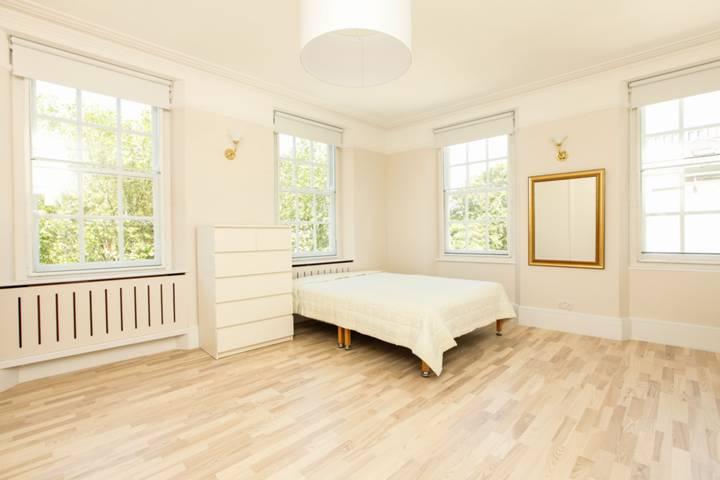 <b>Master Bedroom</b><span class='dims'> 17&#39; x 11&#39;5 (5.18 x 3.48m)</span>