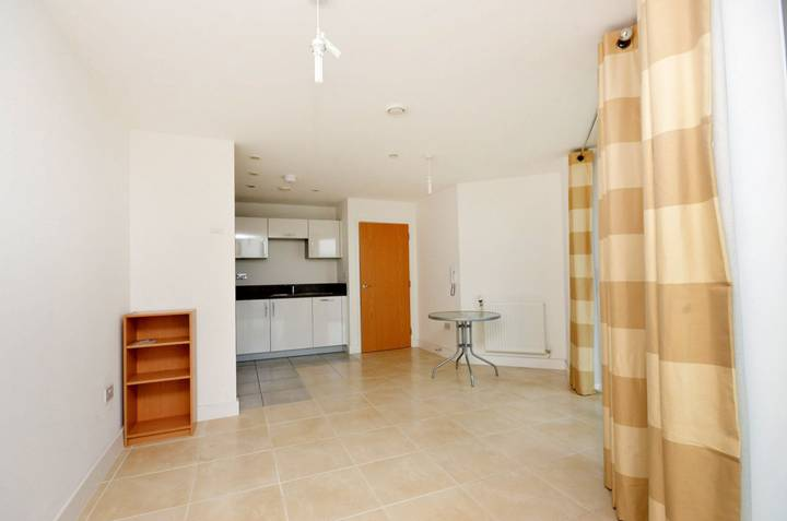 <b>Reception Room</b><span class='dims'> 14'1 x 14'1 (4.29 x 4.29m)</span>