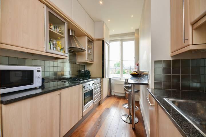 <b>Kitchen</b><span class='dims'> 16'2 x 7'10 (4.93 x 2.39m)</span>