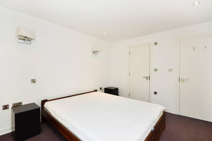 <b>Main Bedroom</b><span class='dims'> 13'3 x 10'4 (4.04 x 3.15m)</span>