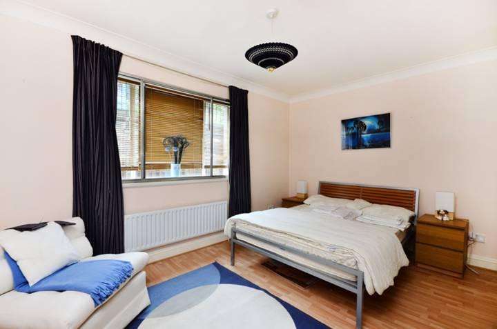 <b>Second Bedroom</b><span class='dims'> 13'10 x 12'6 (4.22 x 3.81m)</span>