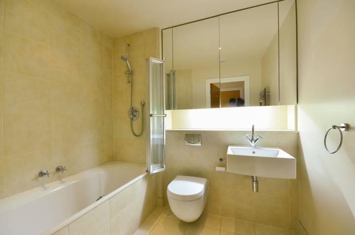 <b>Bathroom</b><span class='dims'> 7&#39;6 x 6&#39;8 (2.29 x 2.03m)</span>