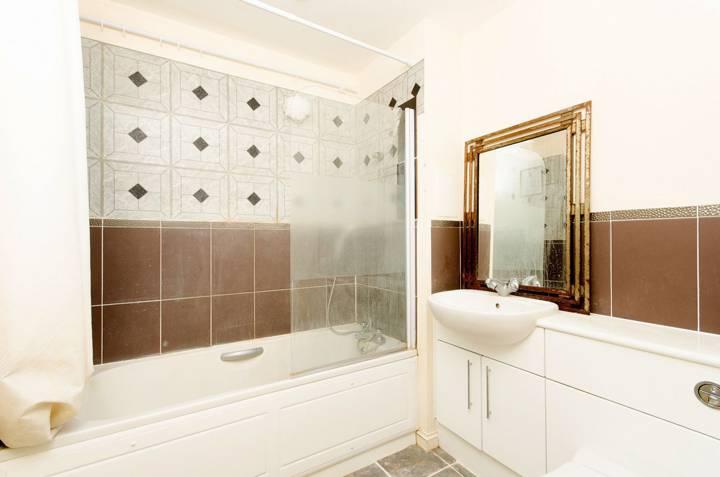 <b>Bathroom</b><span class='dims'> 6'10 x 6'8 (2.08 x 2.03m)</span>