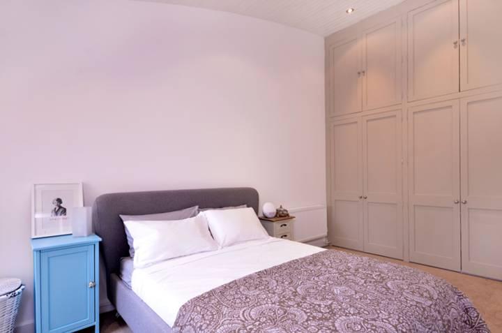<b>Master Bedroom</b><span class='dims'> 16'8 x 9' (5.08 x 2.74m)</span>