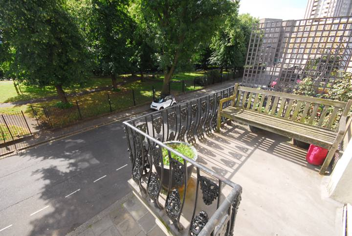 <b>Balcony</b><span class='dims'> 5&#39; (1.52m)</span>
