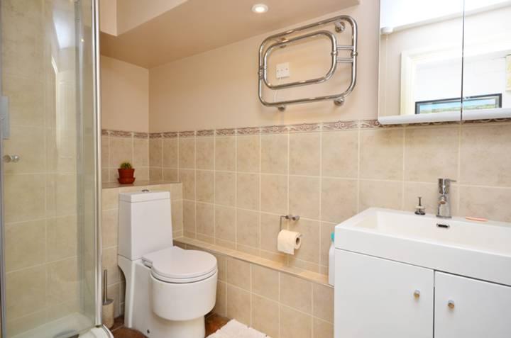 <b>Shower Room</b><span class='dims'> 9' x 5'6 (2.74 x 1.68m)</span>
