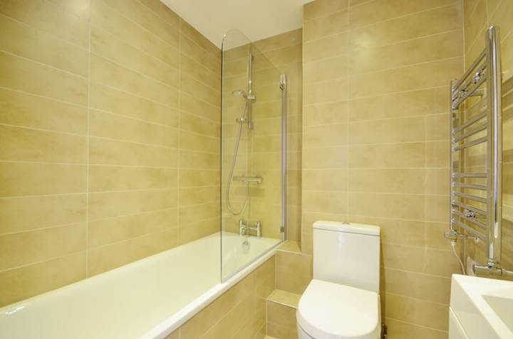 <b>Bathroom</b><span class='dims'> 5&#39;9 x 5&#39;5 (1.75 x 1.65m)</span>