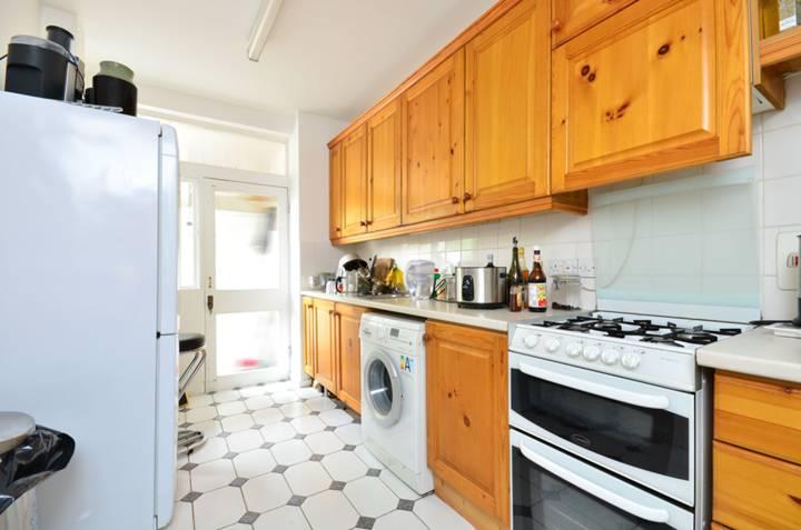 <b>Kitchen</b><span class='dims'> 13&#39;7 x 7&#39;4 (4.14 x 2.24m)</span>