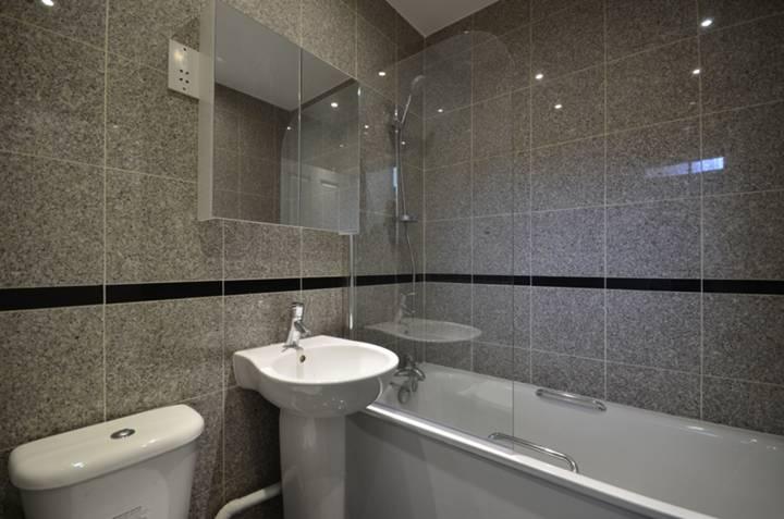 <b>Bathroom</b><span class='dims'> 6 x 5'7 (1.83 x 1.70m)</span>