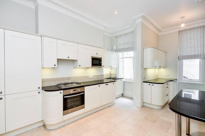 <b>Kitchen</b><span class='dims'> 19'7 x 12'6 (5.97 x 3.81m)</span>