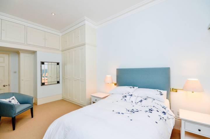 <b>Main Bedroom</b><span class='dims'> 19'6 x 10'3 (5.94 x 3.12m)</span>