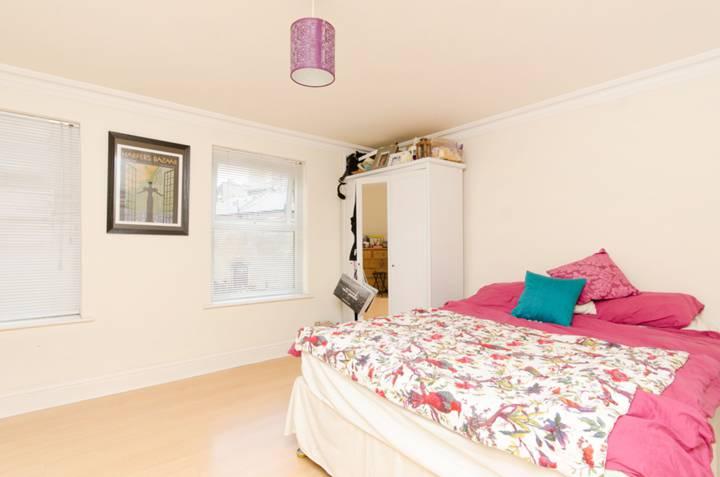 <b>Fourth Bedroom</b><span class='dims'> 15'6 x 11'4 (4.72 x 3.45m)</span>