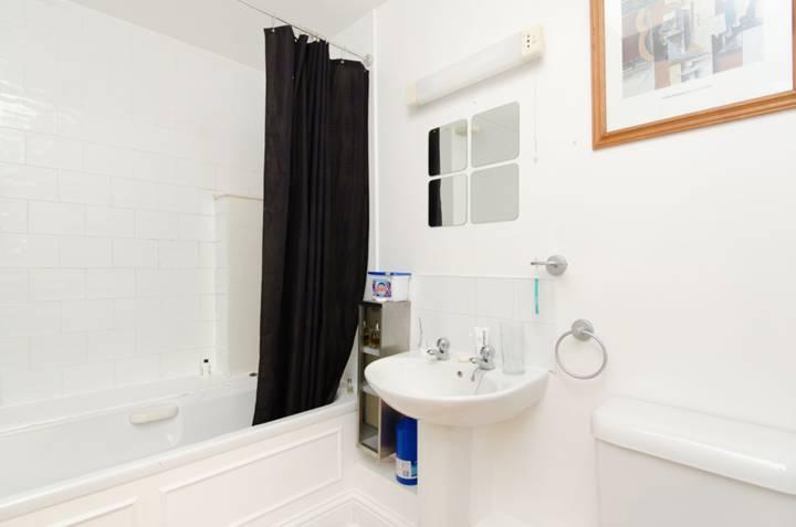 <b>Bathroom</b><span class='dims'> 8'4 x 5' (2.54 x 1.52m)</span>