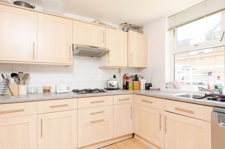 <b>Kitchen</b><span class='dims'> 10'7 x 8'9 (3.23 x 2.67m)</span>
