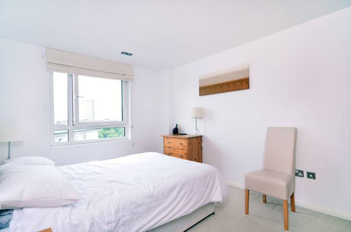 <b>Bedroom</b><span class='dims'> 14' x 10'10 (4.27 x 3.30m)</span>