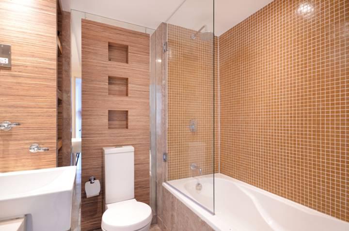 <b>Bathroom</b><span class='dims'> 7'1 x 5'8 (2.16 x 1.73m)</span>