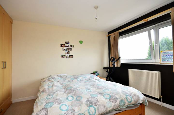 <b>Main Bedroom</b><span class='dims'> 15' x 9'5 (4.57 x 2.87m)</span>