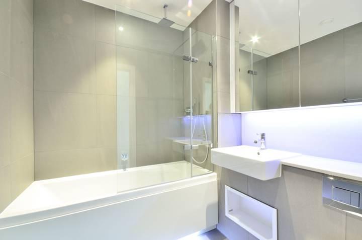 <b>Bathroom</b><span class='dims'> 6'10 x 6'7 (2.08 x 2.01m)</span>