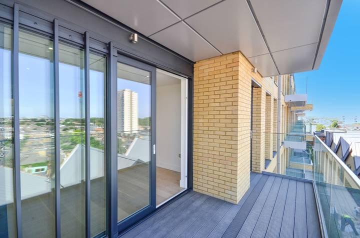 <b>Balcony</b><span class='dims'> 7' (2.13m)</span>