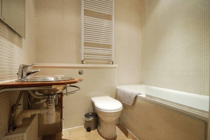 <b>Bathroom</b><span class='dims'> 6' x 5'6 (1.83 x 1.68m)</span>