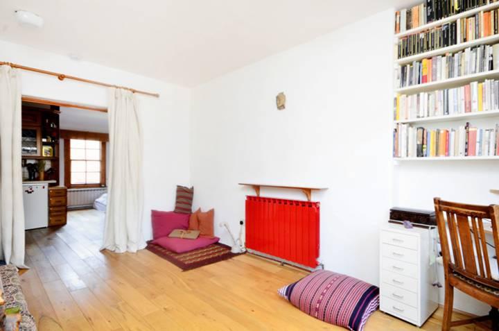 <b>Bedroom</b><span class='dims'> 15&#39;1 x 10&#39;7 (4.60 x 3.23m)</span>