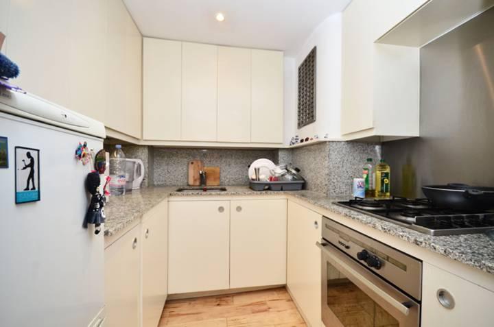 <b>Kitchen</b><span class='dims'> 7' x 5'8 (2.13 x 1.73m)</span>