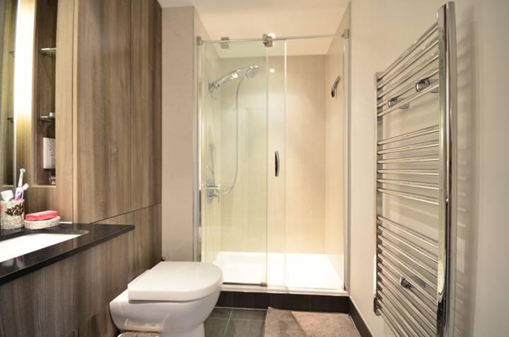 <b>Bathroom</b><span class='dims'> 7'2 x 5'3 (2.18 x 1.60m)</span>