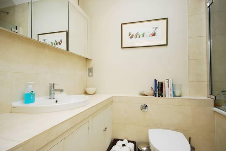 <b>Bathroom</b><span class='dims'> 8&#39; x 5&#39;7 (2.44 x 1.70m)</span>
