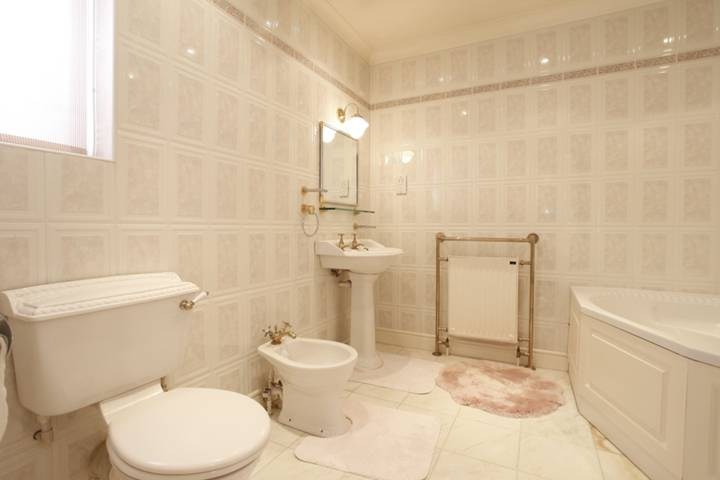 <b>Bathroom</b><span class='dims'> 8&#39;8 x 8&#39;7 (2.64 x 2.62m)</span>