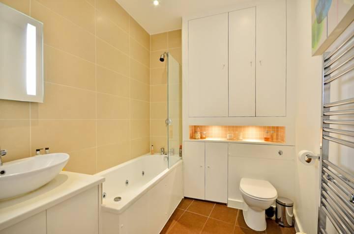 <b>Bathroom</b><span class='dims'> 11'4 x 6' (3.45 x 1.83m)</span>