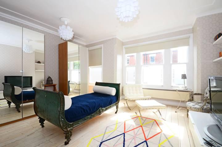 <b>Reception Room</b><span class='dims'> 16 x 13'7 (4.88 x 4.14m)</span>