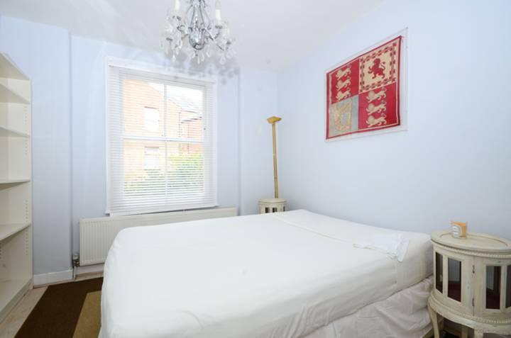 <b>Bedroom</b><span class='dims'> 10'5 x 10'5 (3.17 x 3.17m)</span>