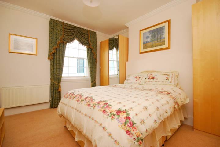<b>Main Bedroom</b><span class='dims'> 13'6 x 12'7 (4.11 x 3.84m)</span>