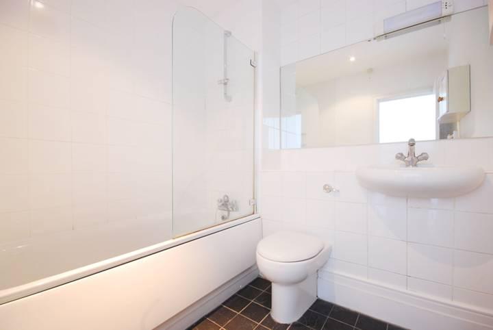 <b>En Suite Bathroom</b><span class='dims'> 7' x 6'8 (2.13 x 2.03m)</span>