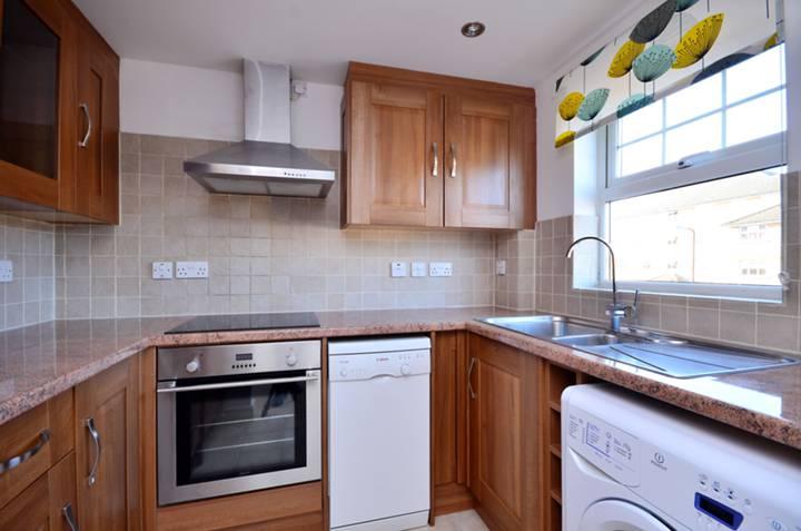 <b>Kitchen</b><span class='dims'> 8' x 6'9 (2.44 x 2.06m)</span>