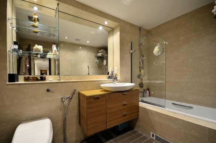 <b>En Suite Bathroom</b><span class='dims'> 10 x 5'7 (3.05 x 1.70m)</span>