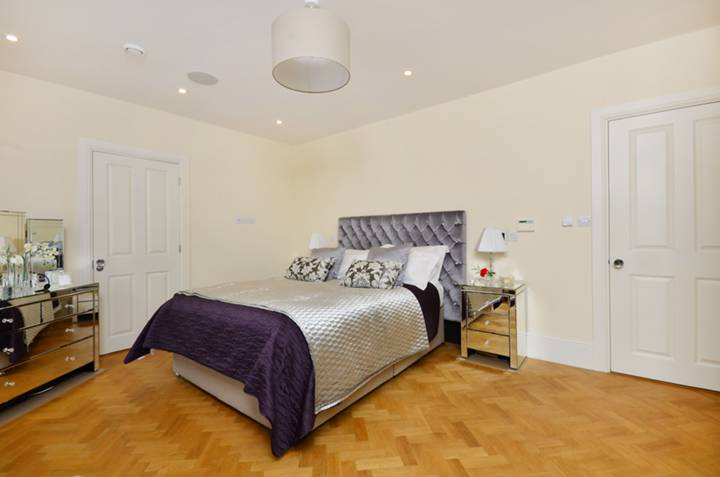<b>Master Bedroom</b><span class='dims'> 16&#39; x 11&#39;10 (4.88 x 3.61m)</span>
