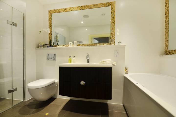 <b>Bathroom</b><span class='dims'> 12&#39;7 x 5&#39;6 (3.84 x 1.68m)</span>