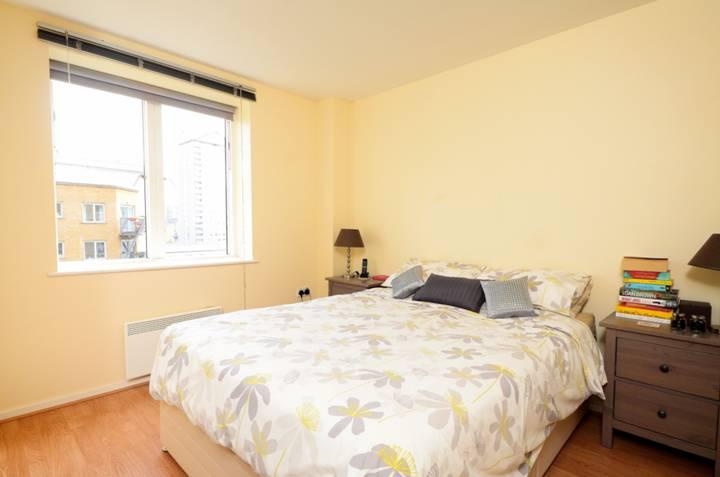 <b>Master Bedroom</b><span class='dims'> 17'5 x 10'8 (5.31 x 3.25m)</span>