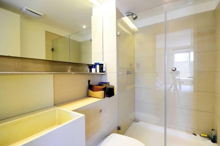 <b>En Suite Shower Room</b><span class='dims'> 7' x 4'9 (2.13 x 1.45m)</span>
