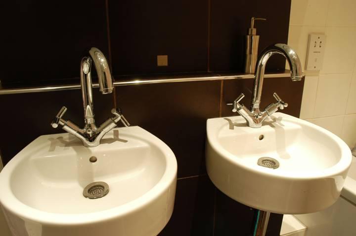 <b>Bathroom</b><span class='dims'> 9' x 5'6 (2.74 x 1.68m)</span>