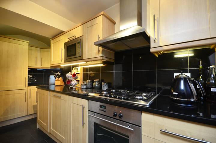 <b>Kitchen</b><span class='dims'> 14&#39;6 x 4&#39;1 (4.42 x 1.24m)</span>