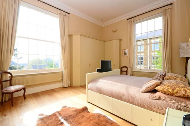 <b>Main Bedroom</b><span class='dims'> 18'9 x 13'6 (5.71 x 4.11m)</span>