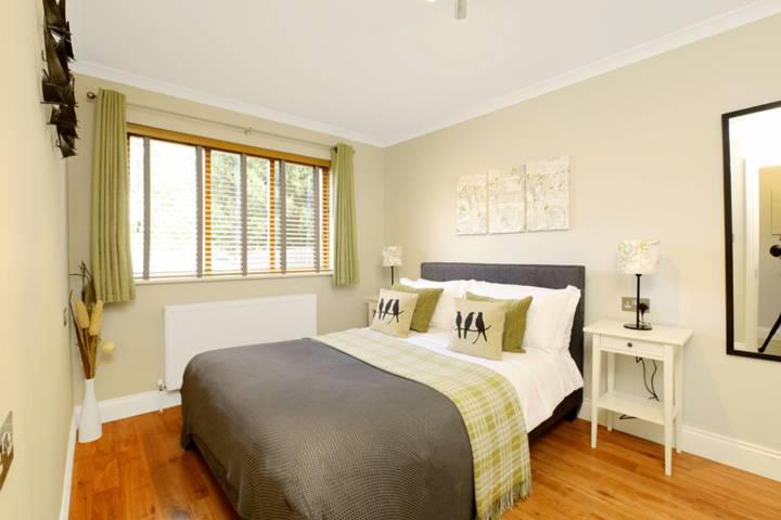 <b>Bedroom</b><span class='dims'> 14'3 x 8'8 (4.34 x 2.64m)</span>