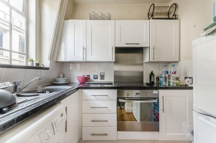 <b>Kitchen</b><span class='dims'> 8&#39; x 6&#39; (2.44 x 1.83m)</span>