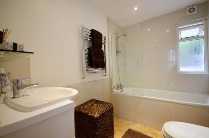 <b>En Suite Bathroom</b><span class='dims'> 8'10 x 5'10 (2.69 x 1.78m)</span>
